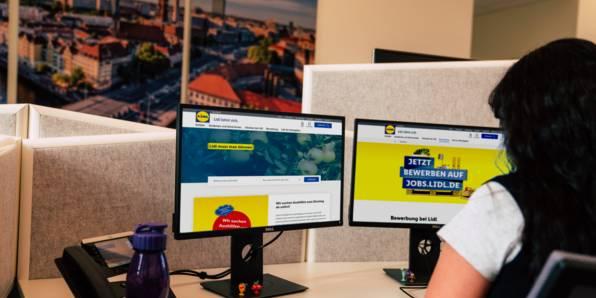 Lidl-Mitarbeiterin am PC