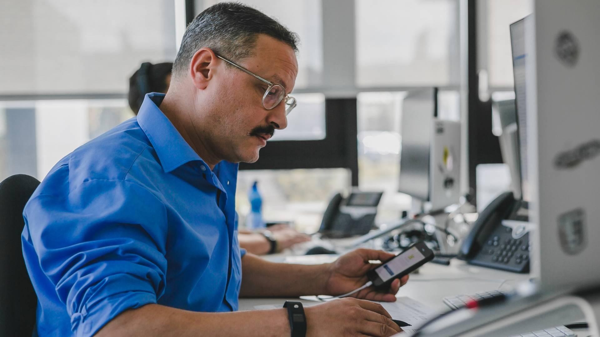 Mitarbeiter von Lidl Digital arbeitet am Computer