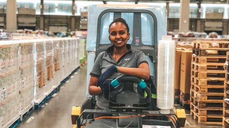 Dorcas fährt Stapler im Logistikzentrum von Lidl
