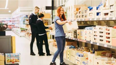 Das Einräumen von Regalen gehört mit zu den Aufgaben im Verkauf.