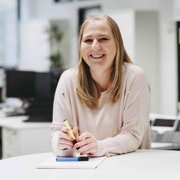 Lidl Mitarbeiterin macht sich Notizen in der Zentrale